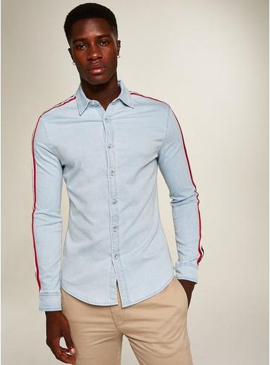 BLAUGebleichtes Langarmhemd mit abgesetzten, roten Streifen, BLAU